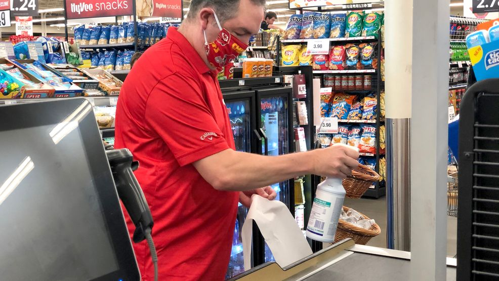 Hy-Vee Starts Requiring Employees to Wear Masks at Work 4